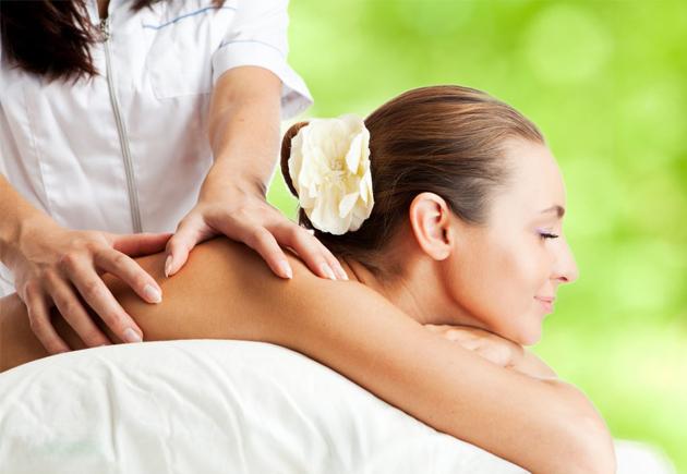 Massage Dos femme sur fond vert